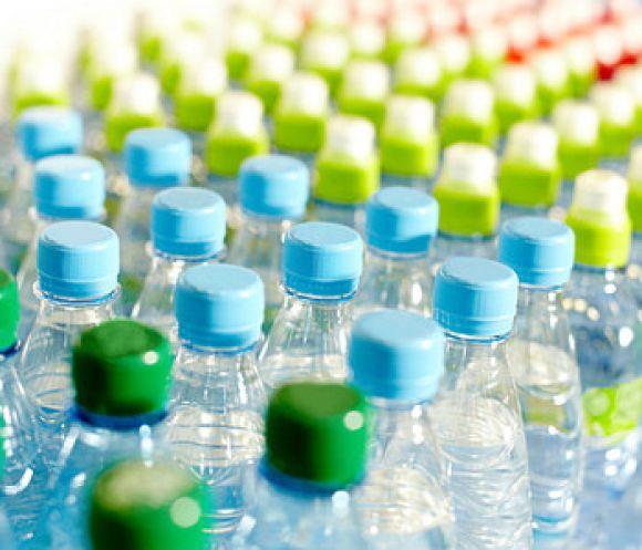 a25c6c85f0ba1 Plastové fľaše… fenomén dnešnej doby! Také praktické, pohodlné, ľahké,  nerozbitné a dokonca opakovane použiteľné. Kto by ich nepoznal a  nepoužíval, ...
