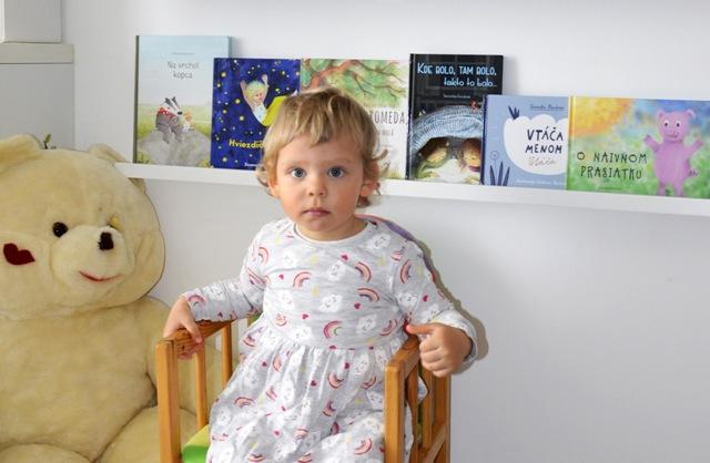 Dievcatko s detskymi knihami